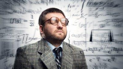 Homem de olhos fechados, usando óculos de grau, cercado por números e símbolos matemáticos