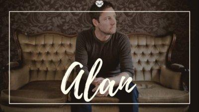 Nome Alan escrito na cor branca sobre imagem de homem de meia idade sentado e sofá de couro marrom