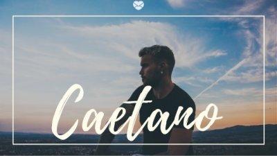 Nome Caetano escrito na cor branca sobre imagem de homem jovem observando o pôr do sol ao ar livre