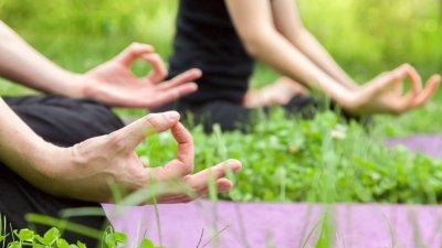 Pessoas sentadas meditando