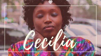 Nome Cecília escrito na cor branca sobre imagem de mulher jovem, negra, de olhos fechado vestindo camiseta colorida