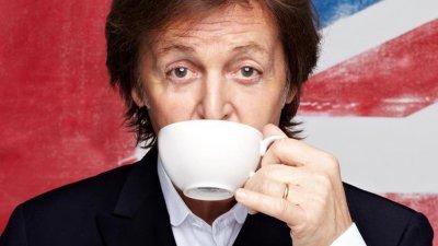 Homem tomando xícara de café