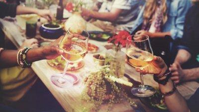 grupo de pessoas celebrando com comidas e bebidas
