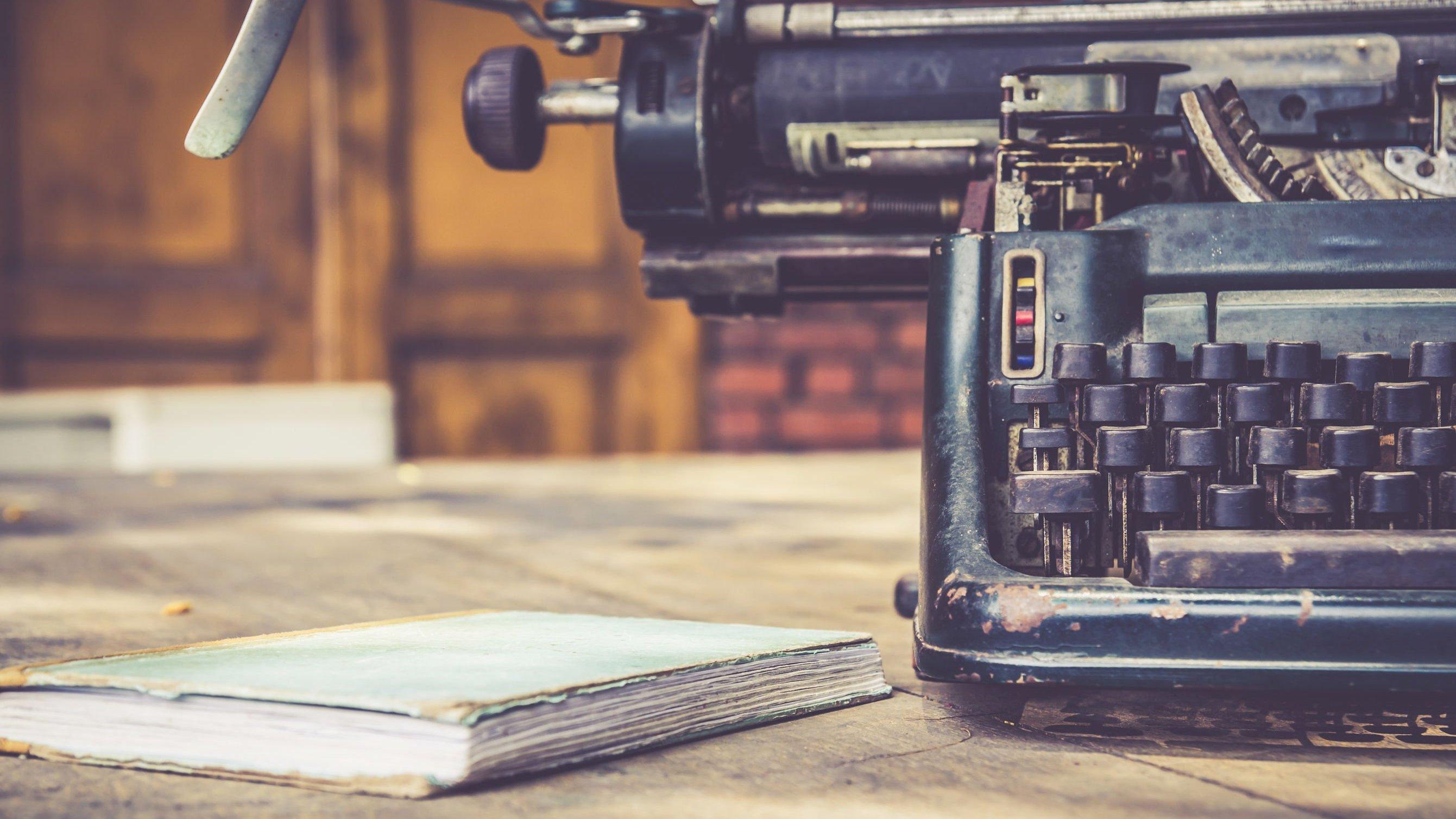 Máquina de escrever e livro