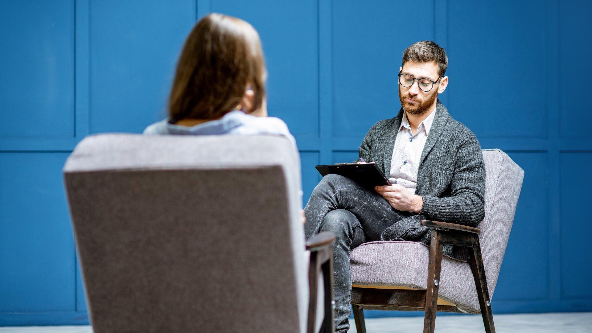 Psicólogo consultando paciente