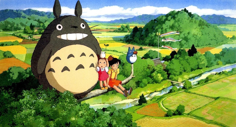 Personagens do filme Meu amigo Totoro em cena da animação