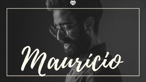 Nome Maurício escrito em branco sobre imagem de homem jovem, de barba e óculos de grau