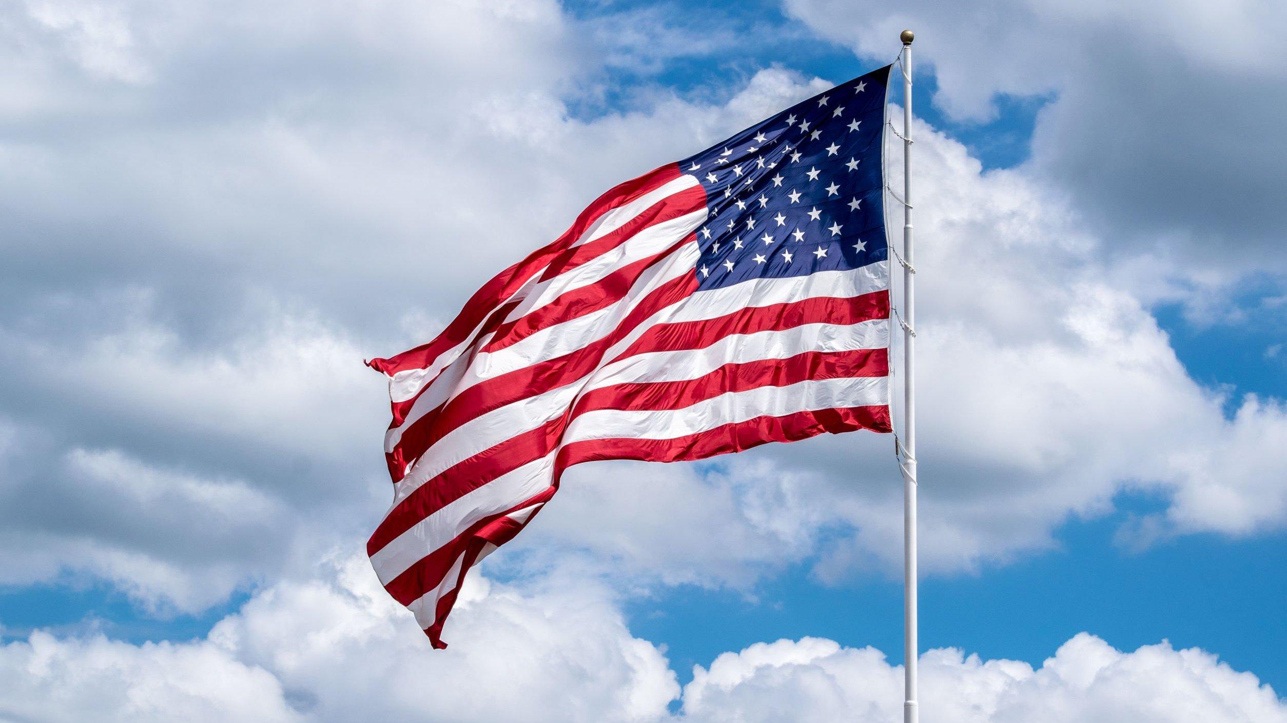 Bandeira dos Estados Unidos em mastro