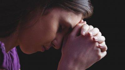 Mulher orando.