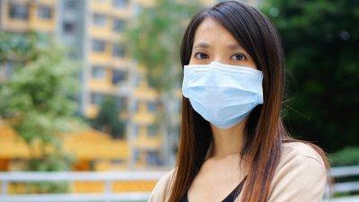 Mulher usando máscara com olhar triste