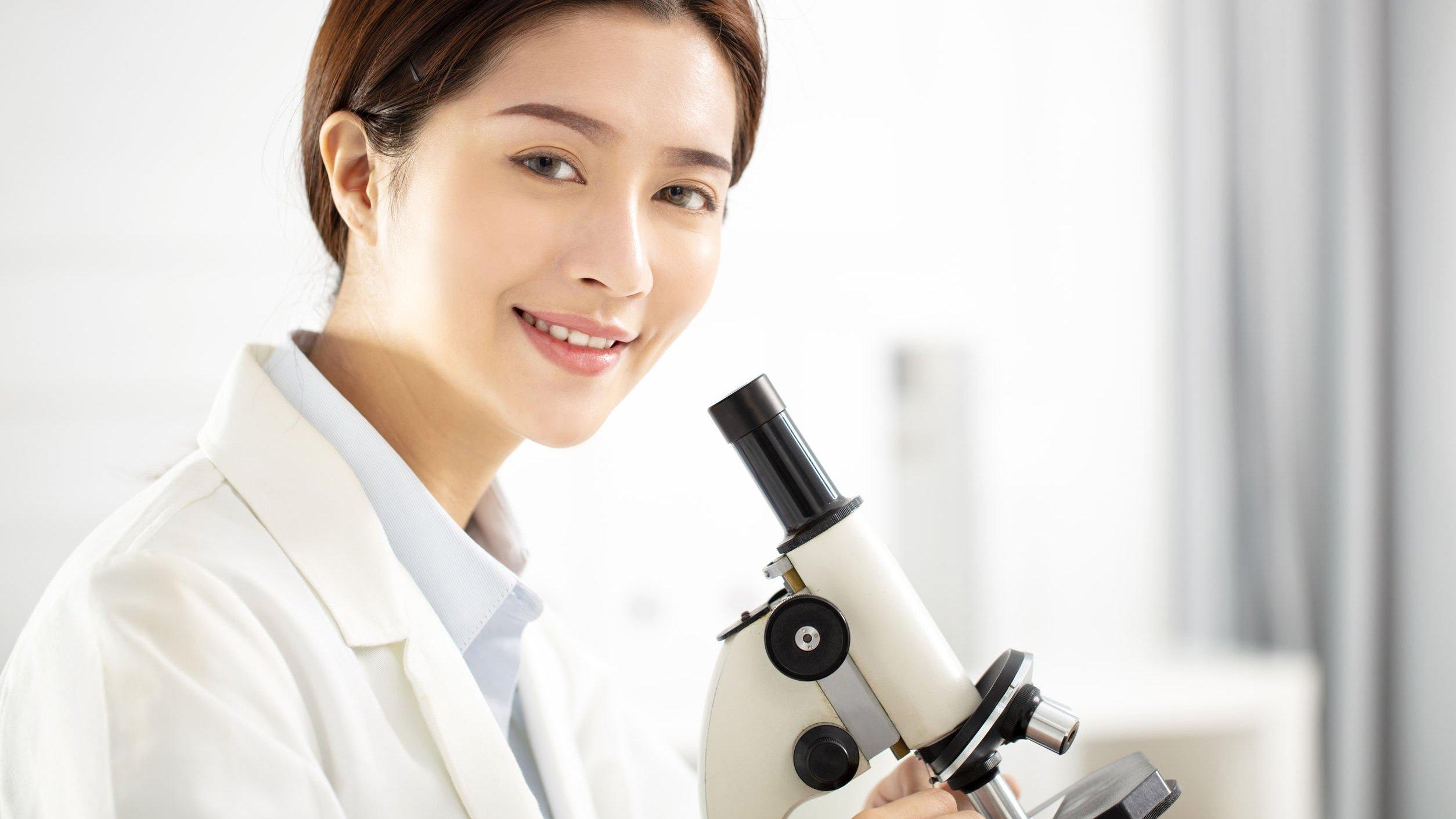 Mulher cientista sorrindo.