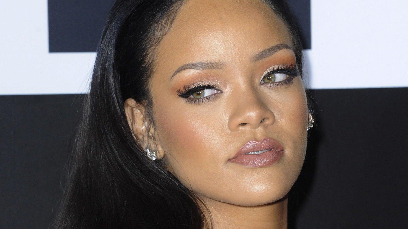 Cantora Rihanna com expressão determinada.