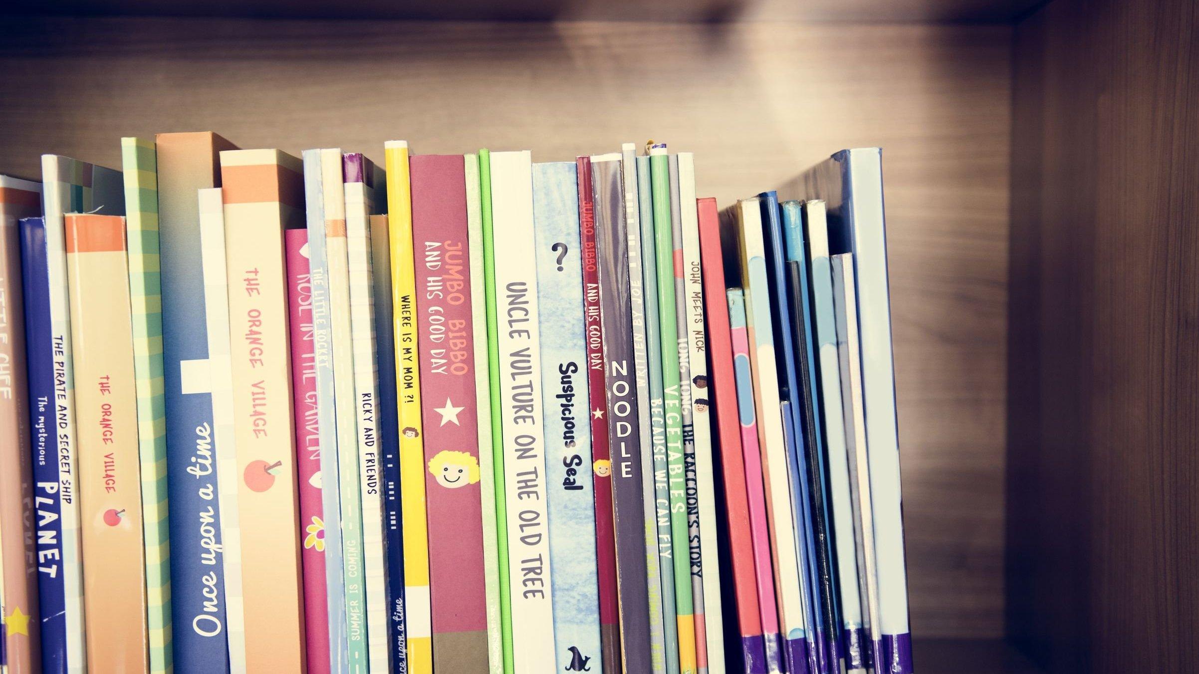 Livros um ao lado do outro em uma prateleira