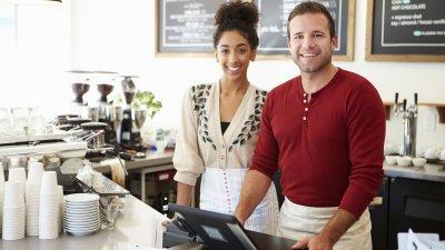 Homem e mulher, empresários sorrindo.