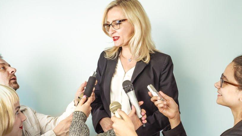 Jornalistas entrevistando mulher