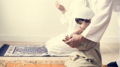 Pai e filhos muçulmanos saudando Allah