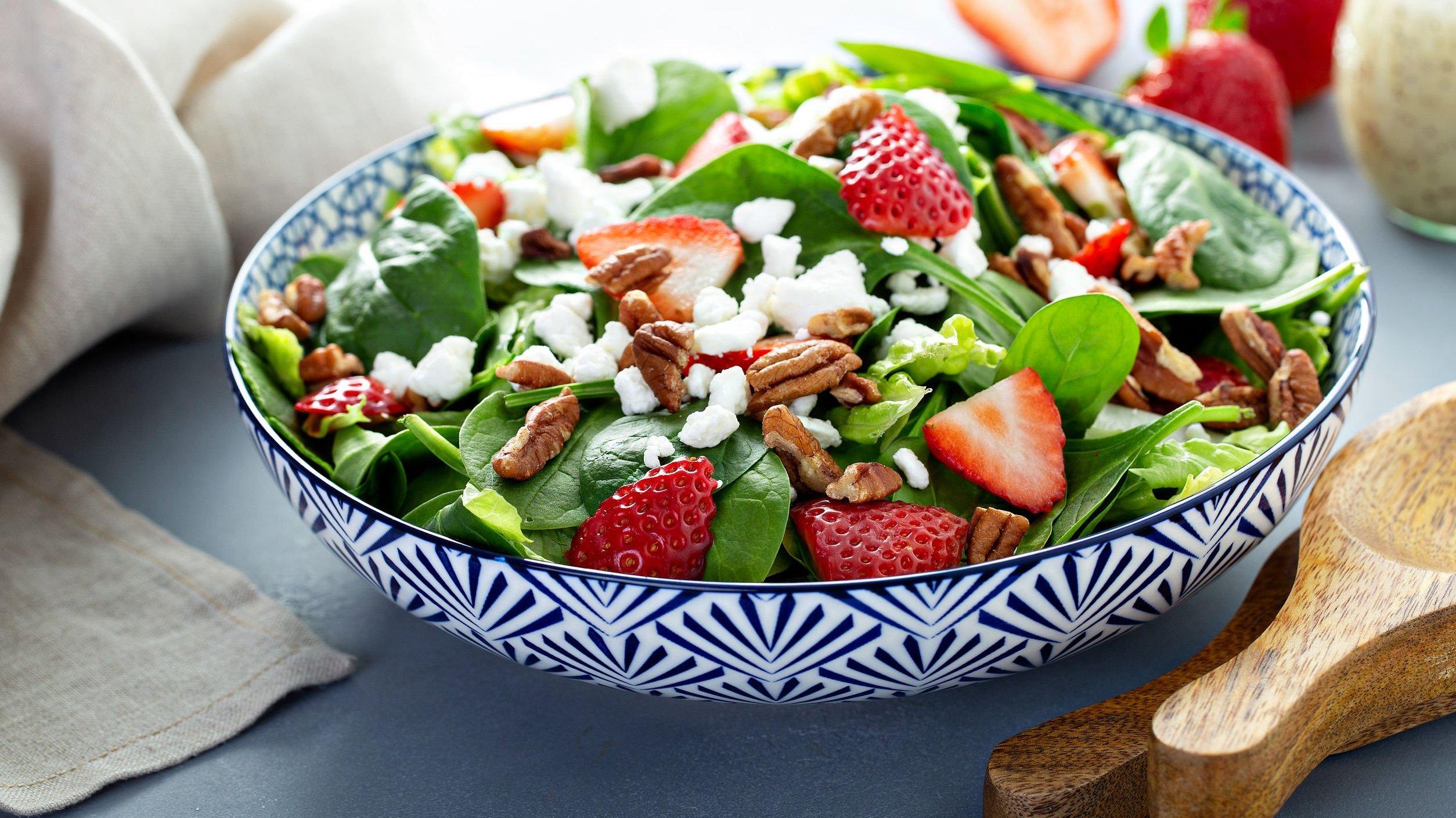 Tigela com salada e frutas.
