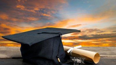 Capelo e diploma.