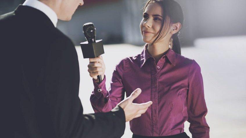 Mulher entrevistando homem