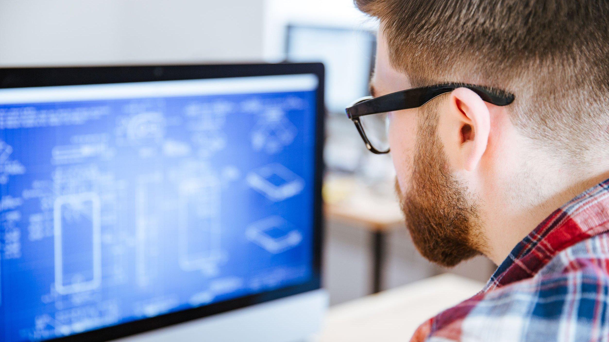 Homem trabalhando no computador com engenharia