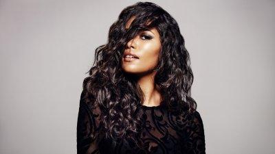 Mulher negra de pele clara com cabelos ondulados e pretos