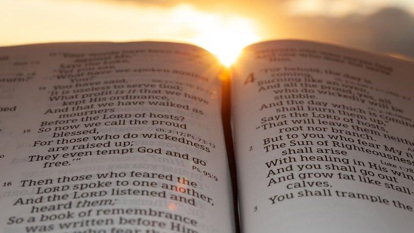 Bíblia aberta e Sol iluminando-a