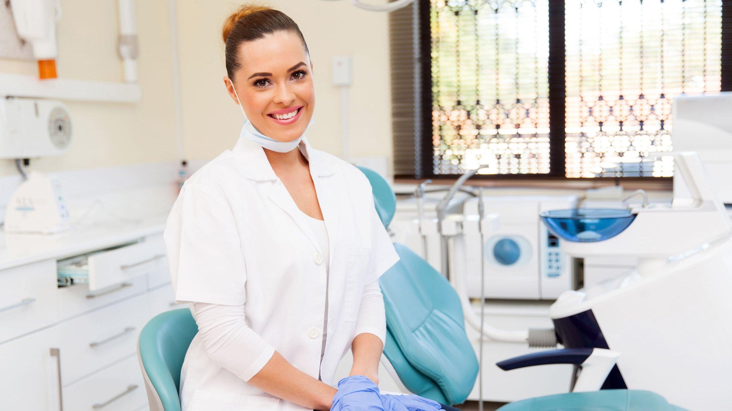 Dentista sorrindo em consultório