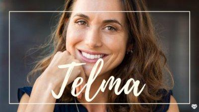 Montagem de foto de mulher sorrindo com o nome Telma escrito em branco.