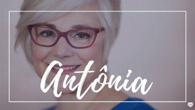 Mulher sorrindo com o nome Antônia escrito em branco