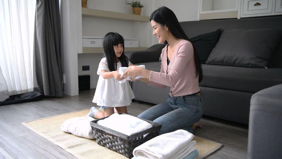 Mulher e criança em tapete