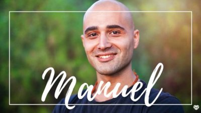 Homem careca sorrindo, com o nome Manuel escrito em branco