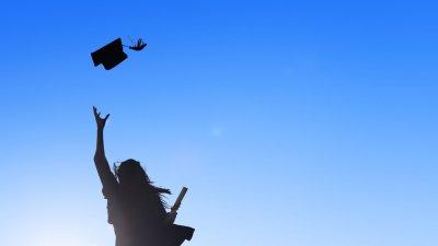 Silhueta de pessoa jogando capelo pro alto. Segurando diploma.