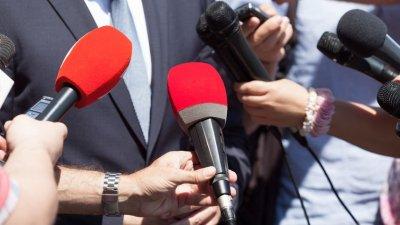 Microfones em frente ao entrevistado