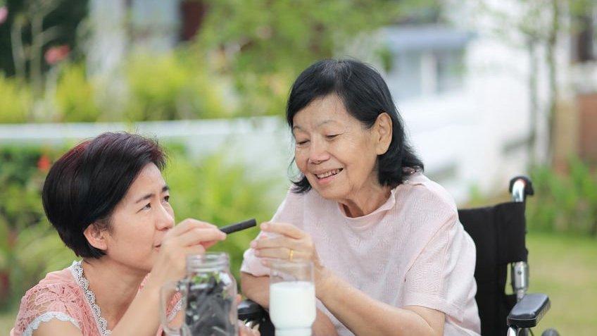 Mulher cuidando de idosa