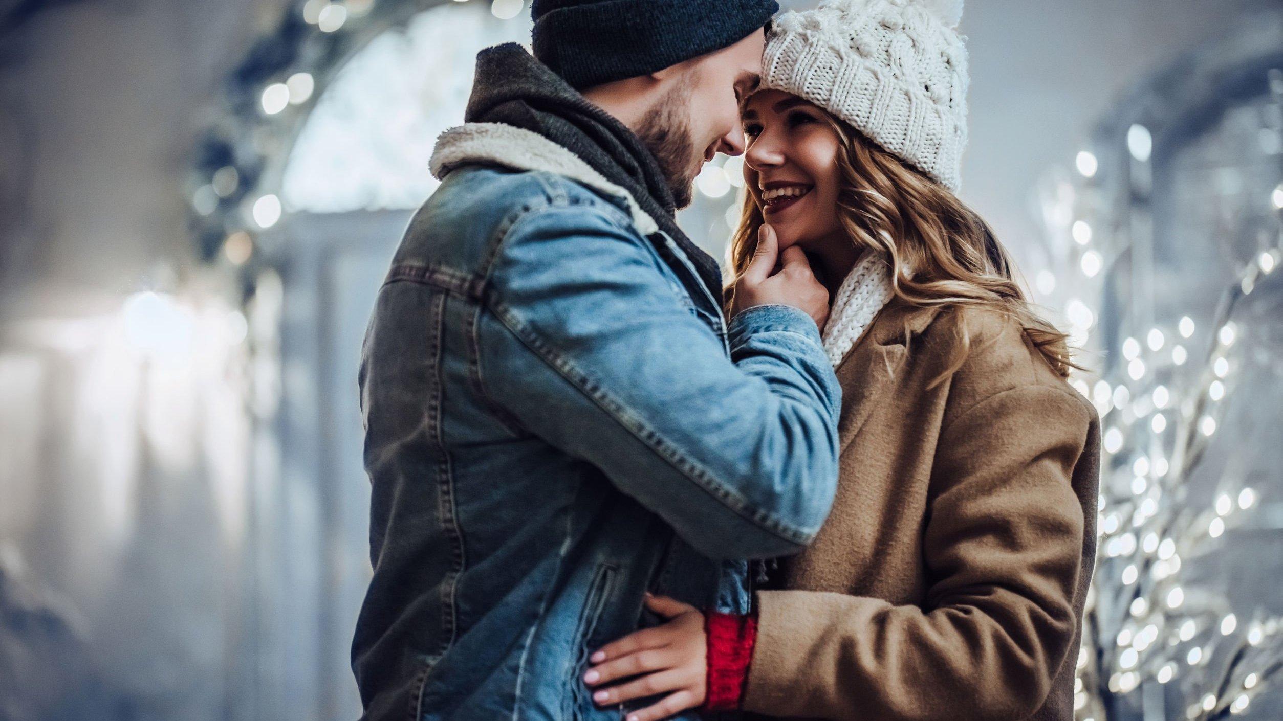 Homem e mulher se abraçando e sorrindo.
