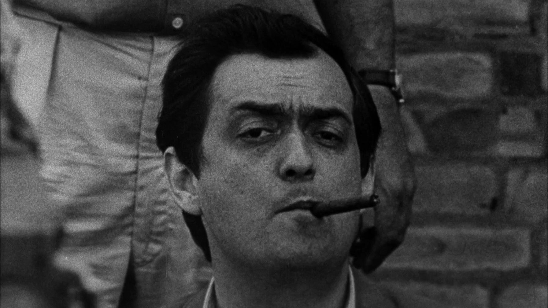 Stanley Kubrick fumando charuto.