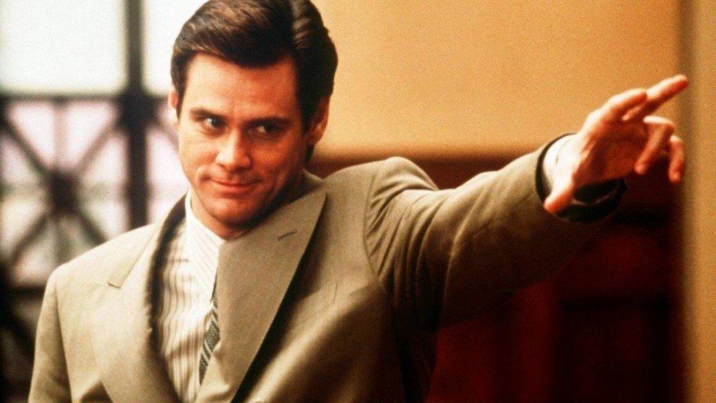 Homem personagem do filme O Mentiroso apontando com a mão.