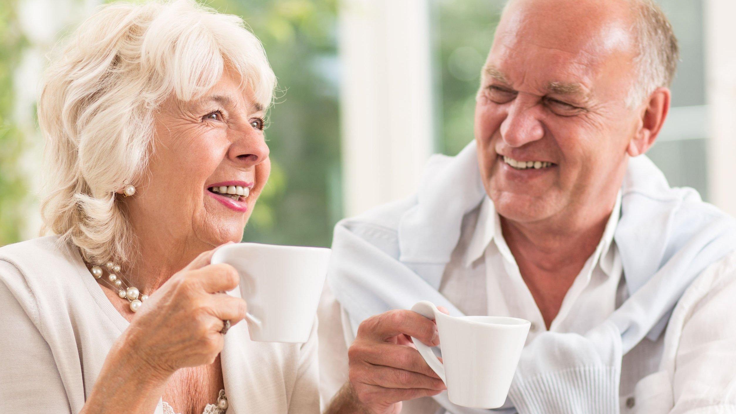 Senhora e senhor sorrindo e conversando