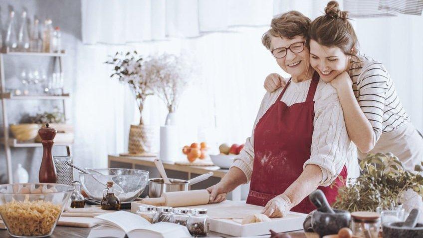 Mulher e avó na cozinha