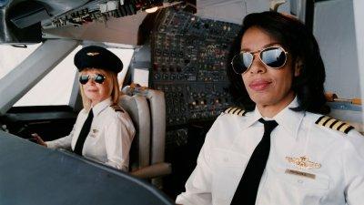 Duas aviadoras sorrindo na cabine
