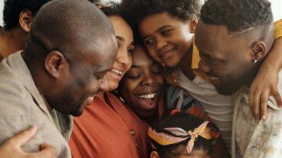 Família reunida em um abraço
