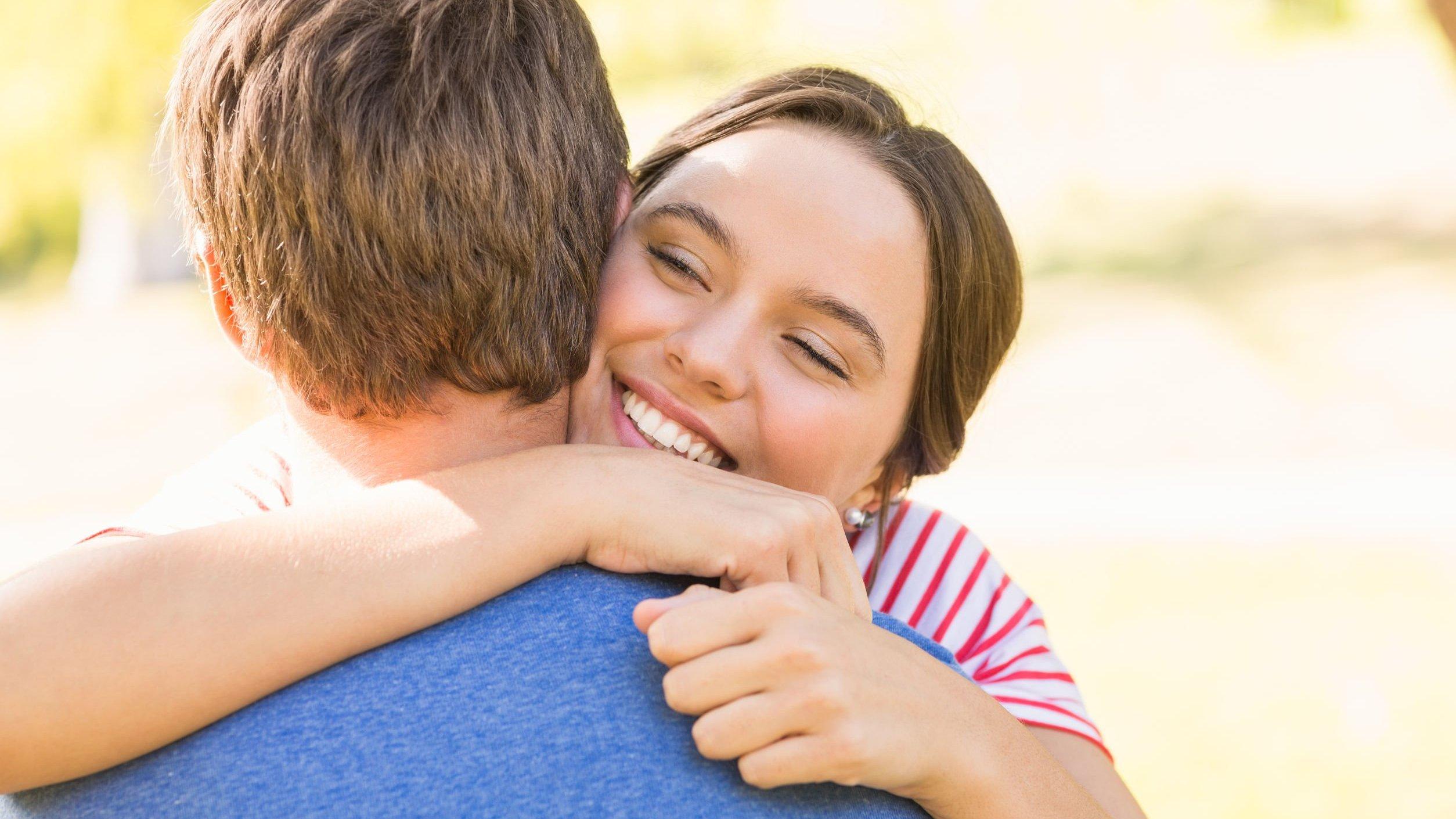 Mulher abraçando homem.