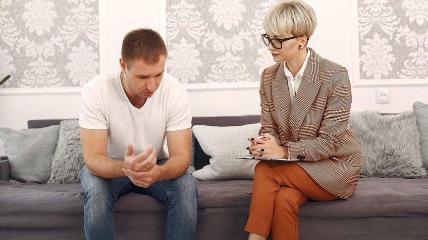 Homem se consultando com psicóloga