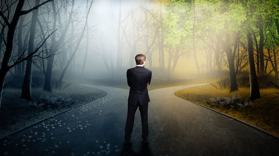 Homem observando dois caminhos diferentes