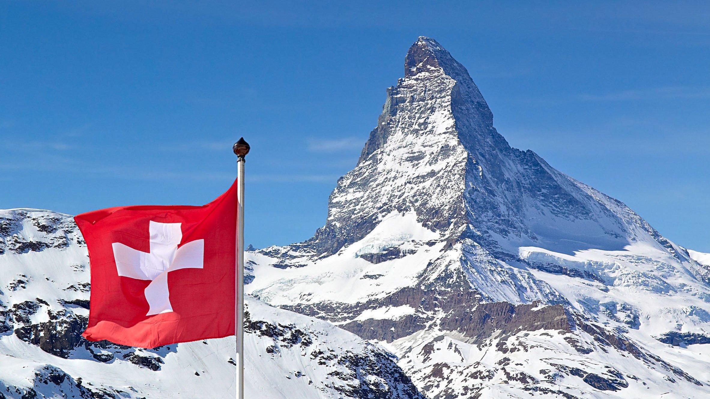 Matterhorn com Bandeira da Suíça