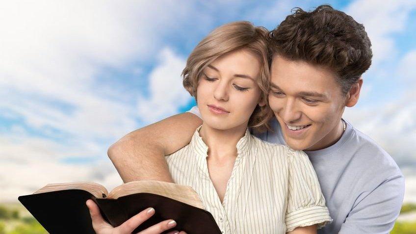 Casal lendo a bíblia
