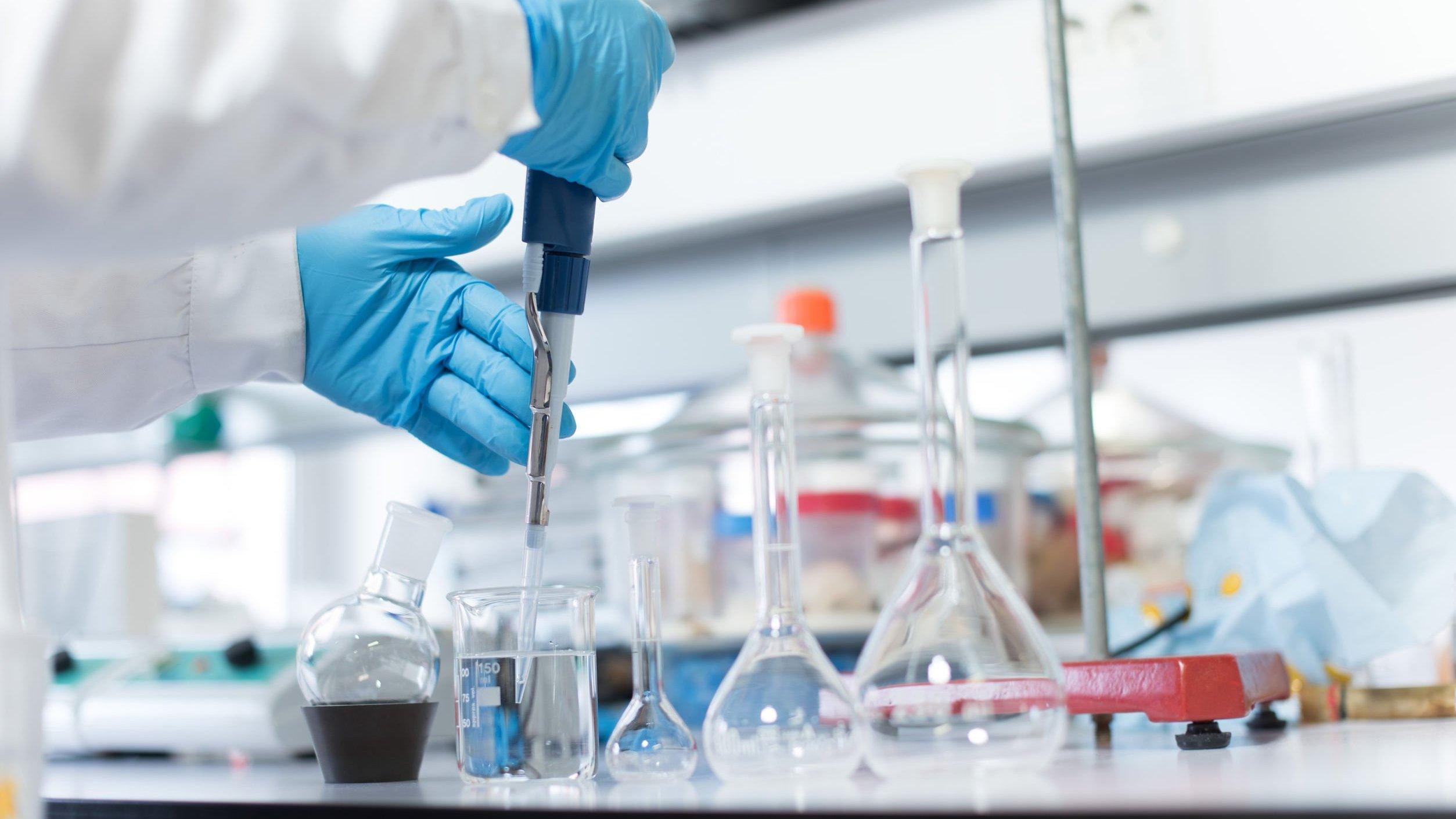 Pessoa em um laboratório fazendo testes