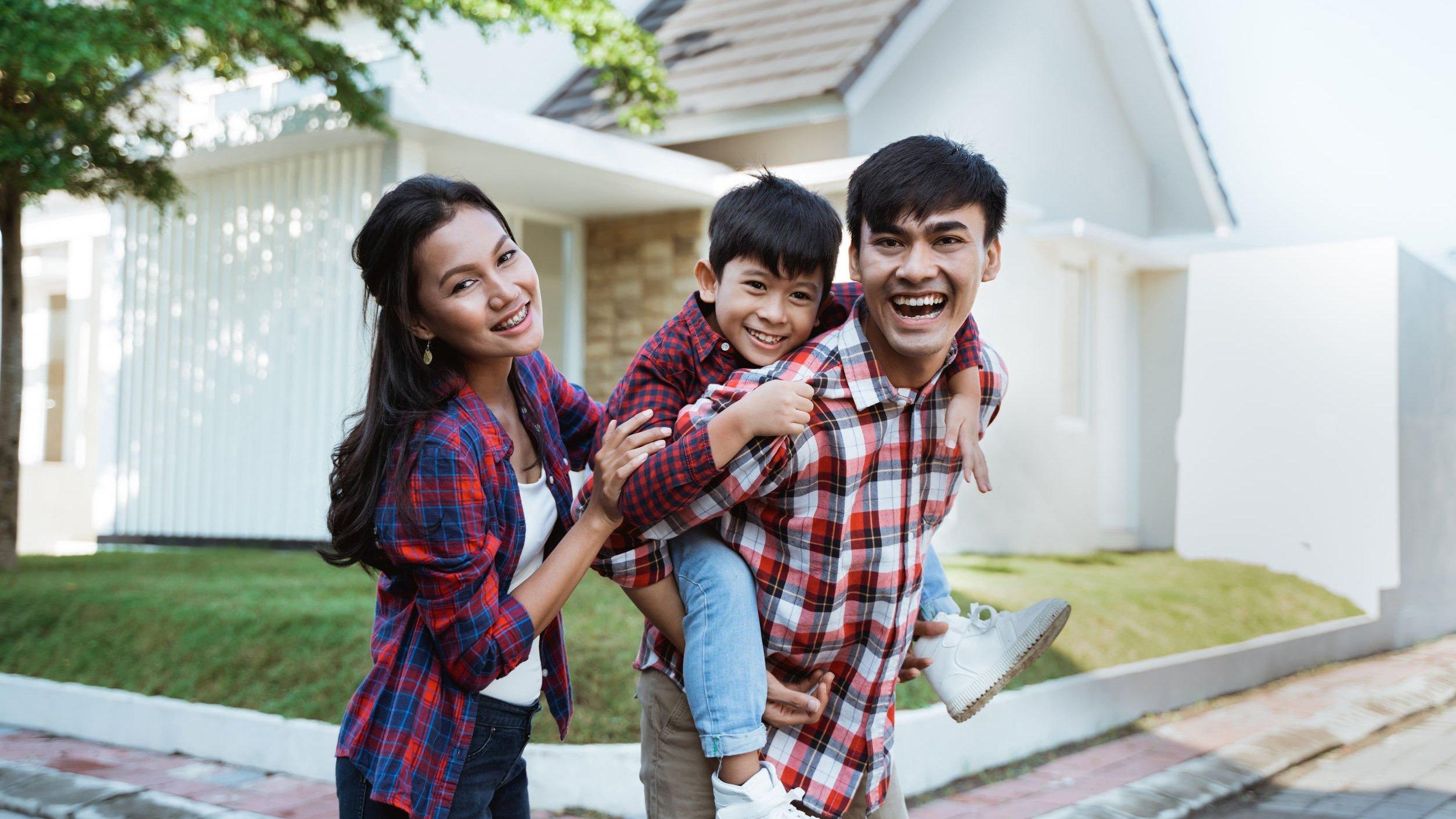 Família reunida e sorrindo.