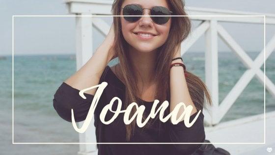 Mulher passando as mãos no cabelo e sorrindo, com o nome Joana escrito em branco