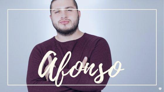 Homem posando para foto de braços cruzados, com o nome Afonso escrito em branco